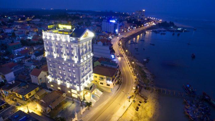 Mẫu thiết kế khách sạn 8 tầng kiến trúc cổ điển tiêu chuẩn 4 sao tiện nghi tại Quảng Bình được KTS SHAC sử dụng công nghệ hiện đại để tiết kiệm năng lượng, tiết kiệm chi phí, vật liệu thân thiện với môi trường – sở hữu không gian kiến trúc xanh.