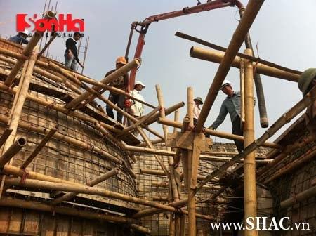 Đội ngũ nhân sự đang thi công phần mái quy mô và hoành tráng của biệt thự cổ điển này