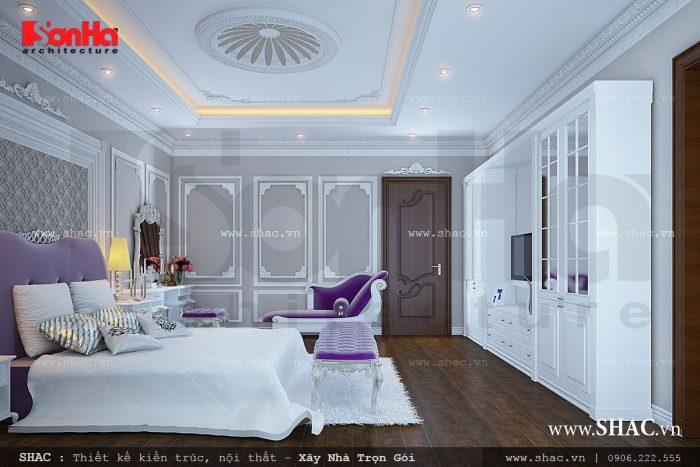 Một chút cổ điển trong thiết kế giường và bàn ghế kế hợp với một chút hiện đại của thiết kế tủ, kệ mang đến sự độc đáo cho không gian phòng khách của ngôi biệt thự cổ điển