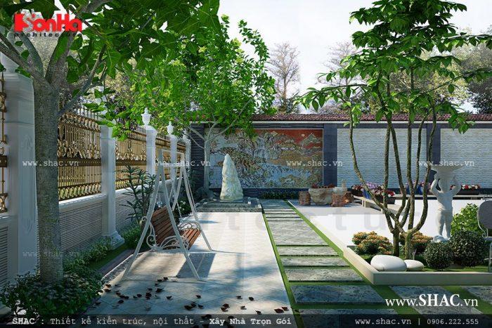 Sân vườn tiểu cảnh biệt thự đẹp, thoáng mát với màu canh tươi mát của cây xanh và sắc màu sặc sỡ của các chậu hoa nhỏ xinh bố trí khéo léo cho không gian thêm sinh động