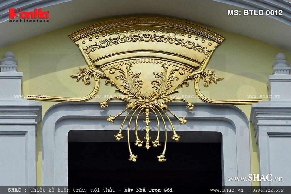 Các mẫu hoa văn kiến trúc khác cũng được mạ vàng