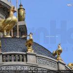 Những chú gà dát vàng đẳng cấp trên chóp của biệt thự lâu đài