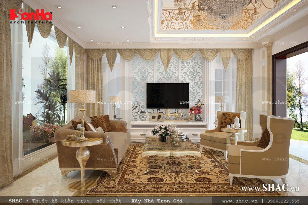 Nội thất phòng khách kiểu tân cổ điển trong không gian sinh hoạt tương đối rộng của ngôi biệt thự là niềm tự hào của chủ đầu tư. Lựa chọn gam màu vàng tôn quý, cửa lớn mở ra phía sân vườn thiên nhiên tạo nên góc view đẹp cùng không gian thoáng đãng