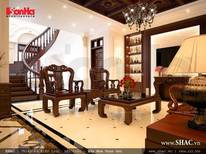 Nội thất gỗ chiếm hầu hết không gian phòng khách của biệt thự cổ điển mang đến sự sang trọng và là niềm tự hào của chủ sở hữu
