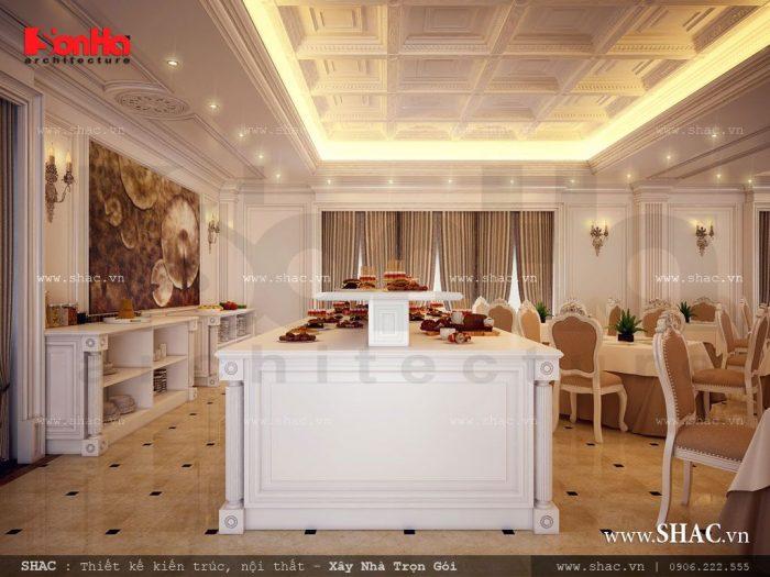 Khu vực bếp, bàn đảo, bày trí thức ăn chín được thiết kế liền kề ngay phòng ăn của khách sạn, dễ dàng cho việc sinh hoạt của Quý khách hàng