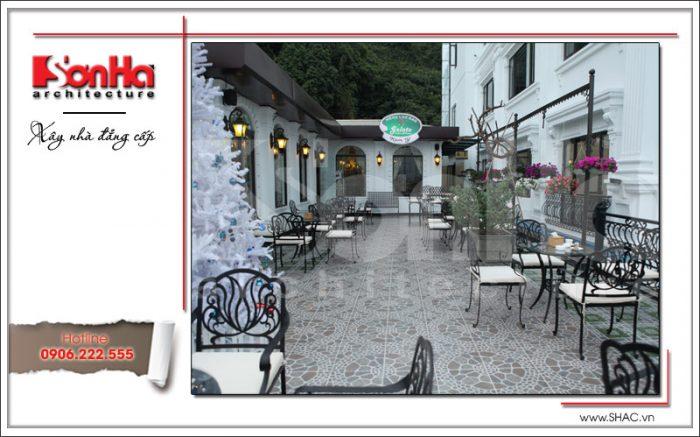 Một góc sân vườn trong thiết kế của mẫu nhà hàng cổ điển kiến trúc đẹp và công năng khoa học