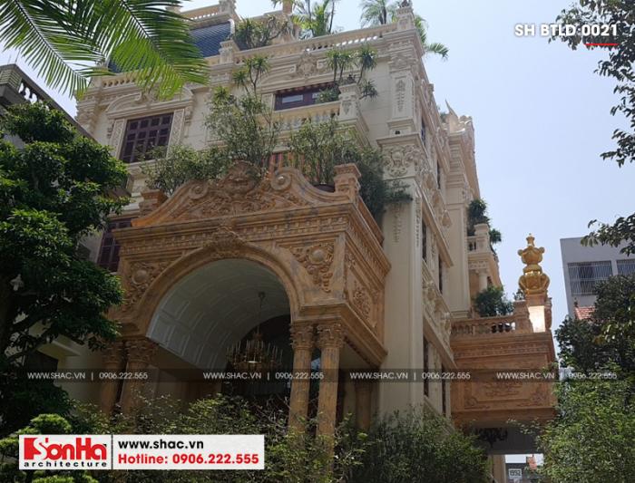 Ngôi biệt thự sau hoàn thiện khá nổi bật với kiến trúc hoành tráng phong cách lâu đài