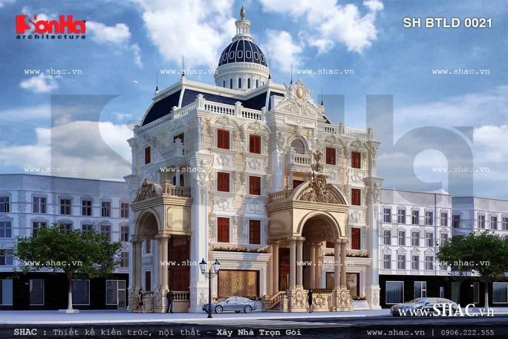 Diện mạo kiến trúc lâu đài 4 tầng tráng lệ cuốn hút bao ánh nhìn của người qua đường bởi ngoại thất mãn nhãn, tinh tế của hệ thống phào chỉ xứng đáng là mẫu biệt thự lâu đài đẹp nhất Hà Nội