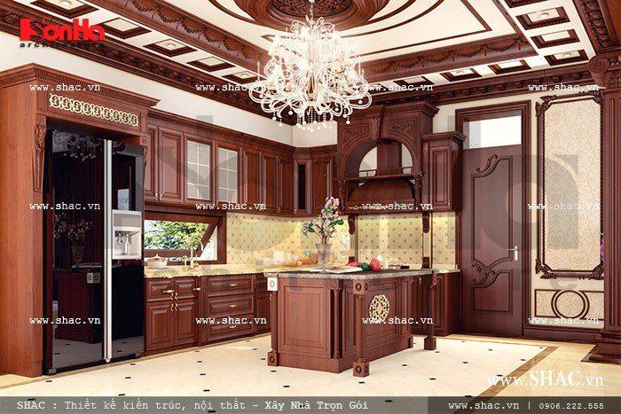 Tủ bếp gỗ của phòng ăn sang trọng với gam màu trầm ấm cúng mang đến không gian nấu nướng lý tưởng cho gia chủ