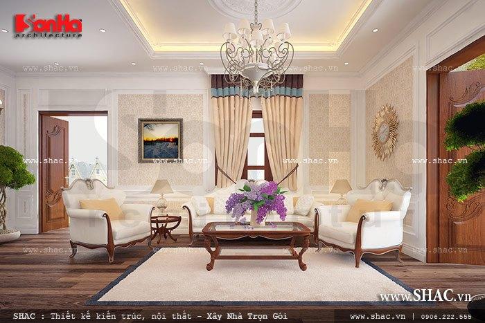 Nổi bật trong không gian phòng khách là bộ bàn ghế sofa kiểu Pháp được bố trí đẹp mắt trong không gian sinh hoạt chung