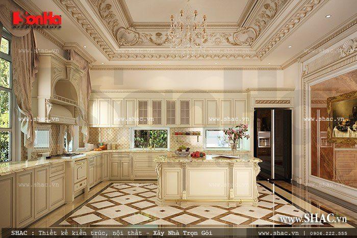 Một trong những mẫu thiết kế nội thất phòng bếp biệt thự cổ điển đẳng cấp của SHAC với sự đầu tư quy mô thể hiện rõ qua các trang trí hoa văn phào chỉ tại trần nhà cùng thiết kế nội thất tủ bếp vô cùng sang trọng. Không gian rộng và thoáng đãng mang đến nhiều cảm xúc cho gia chủ