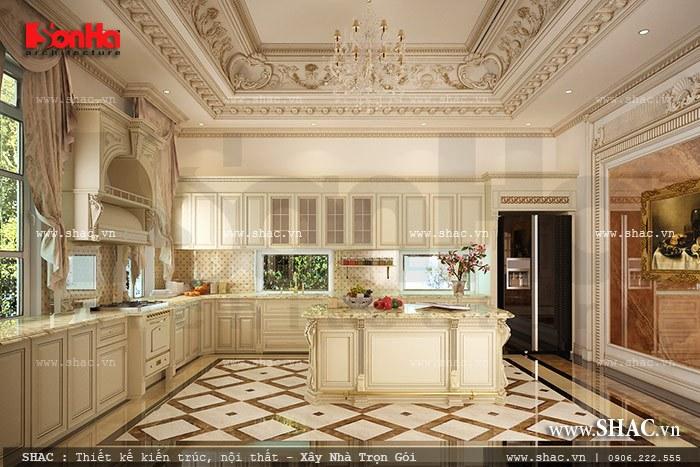 Không gian phòng bếp thoáng đãng với thiết kế tủ bếp kiểu cổ điển sang trọng trong ngôi biệt thự