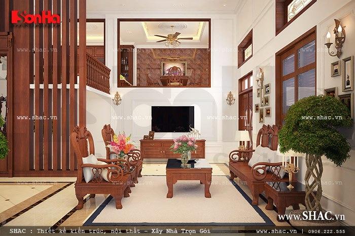 Không gian phòng khách rộng rãi với nội thất gỗ được bố trí đồ đạc khoa học tiện nghi