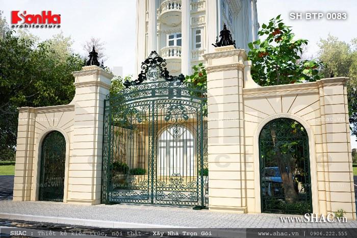Cận cảnh thiết kế cổng trước quy mô và đẳng cấp của ngôi biệt thự kiểu Pháp 6 tầng đẹp tại Đồng Nai