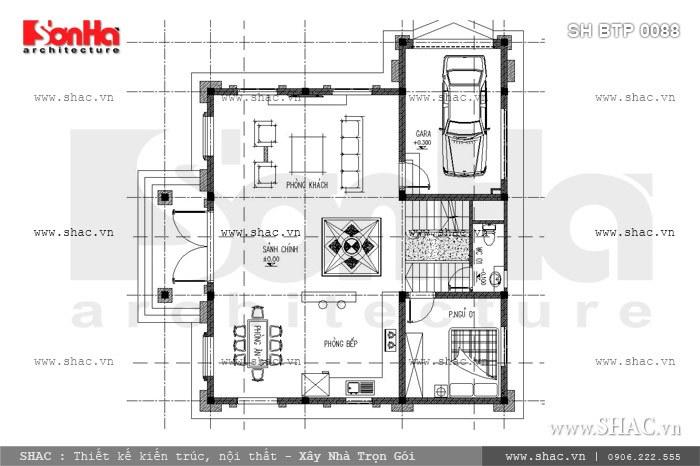 Bản vẽ mặt bằng công năng tầng 1 của biệt thự kiến trúc Pháp 3 tầng với việc bố trí hợp lý các phòng chức năng, bao gồm: gara để xe, phòng khách, sảnh chính, phòng bếp, phòng ăn, 1 phòng ngủ và 1 phòng WC chung