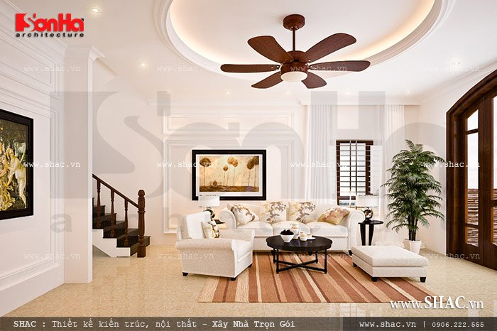 Trong thiết kế nội thất phòng khách, KTS chúng tôi đã tạo điểm nhấn nổi bật với bộ ghế sofa trắng êm ái đậm chất cổ điển. Sự thoáng đãng và cân gió cân sáng hợp lý cũng là yếu tố rất được chú ý khi lên phương án thiết kế căn phòng này