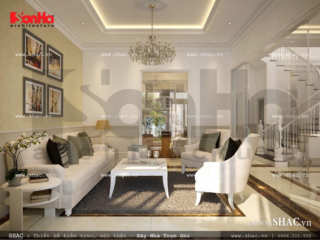 Không gian phòng khách với bộ ghế sofa trắng đồng nhất với màu sắc nội thất của cả căn phòng được đặt tại nơi đón gió và ánh sáng hợp lý mang sinh khí tốt vào ngôi biệt thự