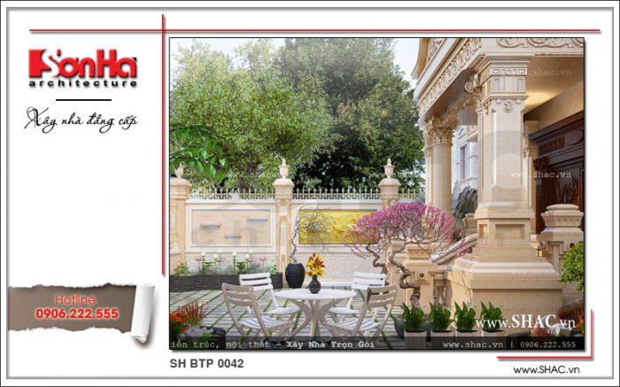 Khoảng sân vườn tiểu cảnh xanh của ngôi biệt thự là không gian lý tưởng để uống trà, tiếp khách