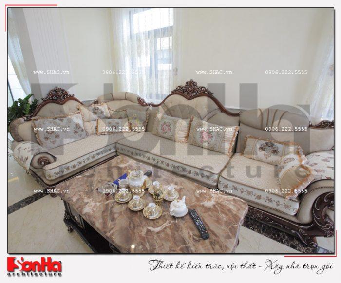 Bộ sofa hoa văn cổ điển được bố trí hợp lý trong không gian phòng khách