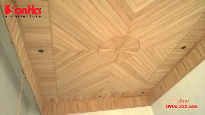Xây dựng biệt thự nhà phố đẹp với trần nhà bằng gỗ bố trí đẹp mắt và ấm áp