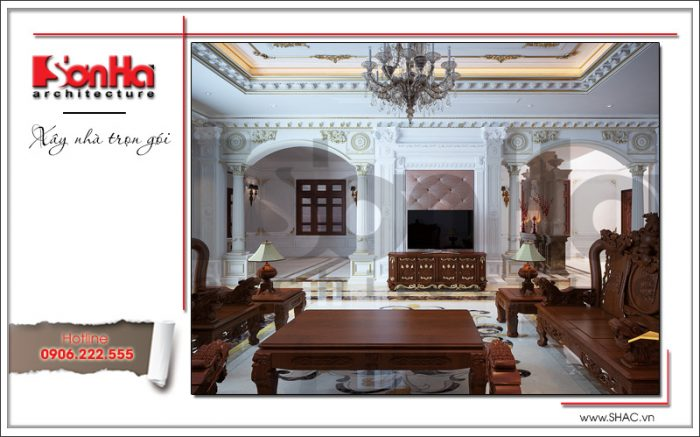 Chất liệu gỗ được sử dụng trong thiết kế phòng khách cùng trang trí hoa văn phào chỉ tinh tế