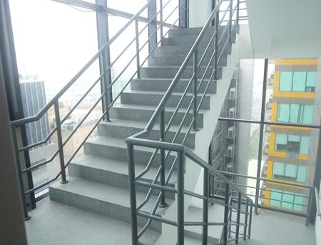 Tiêu chuẩn thang thoát hiểm nhà cao tầng nêu rõ khoảng cách của phòng xa nhất đến lối thoát hiểm gần nhất