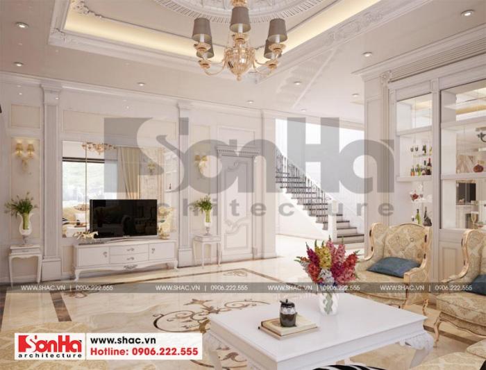 Căn phòng khách được thiết kế mang âm hường hoàng gia châu Âu vô cùng sang trọng và thu hút