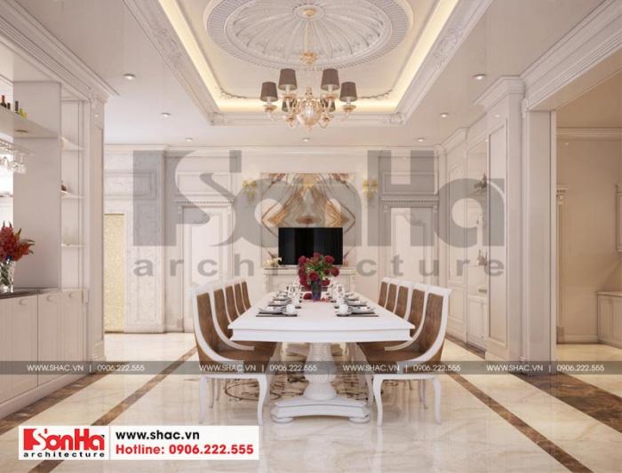 Căn phòng bếp đẹp và xa hoa với kiểu dáng Châu Âu tinh tế, nổi bật với màu trắng tinh tế, đèn chùm sang trọng làm nên điểm nhấn riêng cho chủ nhân sở hữu