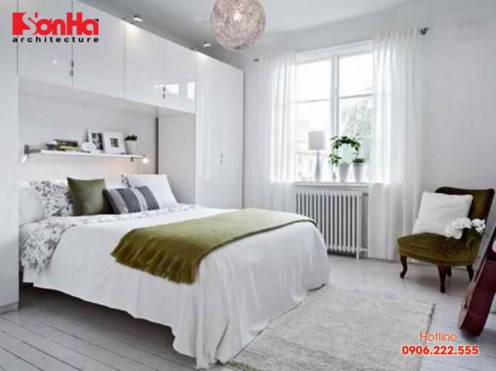 Gam màu trắng với điểm nhấn giúp phòng ngủ nhỏ dường như rộng hơn