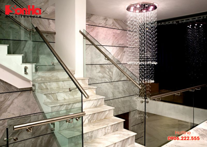 Mẫu thiết kế cầu thang với tay vịn làm từ vật liệu kính đẹp mắt