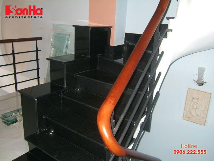 Cầu thang được ốp đá hoa cương mang đến vẻ đẹp tinh tế và ấn tượng