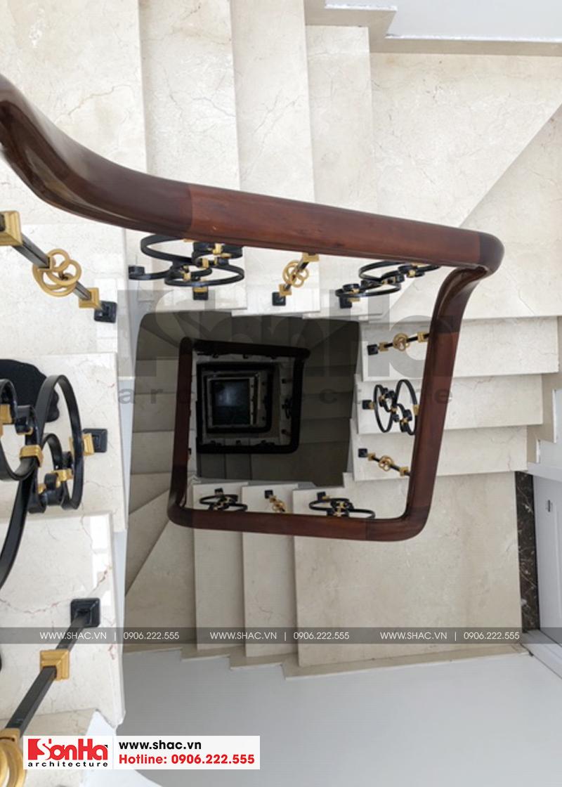 Thiết kế cầu thang giản dị với tay vịn gỗ và lát gạch cao cấp
