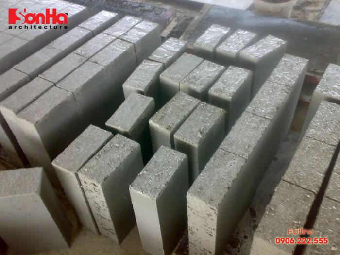 Gạch bê tông khá nặng nên thường được ưu tiên lựa chọn dùng cho nền móng