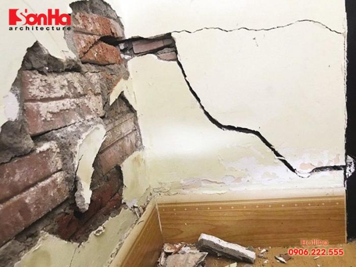 Xây dựng nhà ảnh hưởng đến nhà liền kề có thể gây bị nứt tường, nghiêng hoặc sụt lún