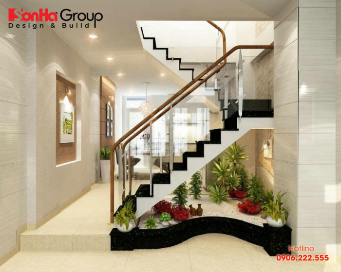 Đặt cây cảnh ở chân cầu thang cũng giúp hạn chế các góc cạnh