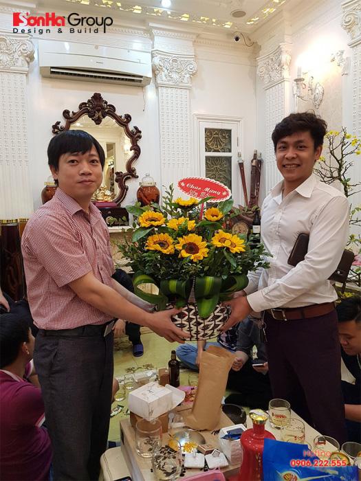 Đại diện đối tác đến tặng hoa và chúc mừng gặp mặt đầu xuân Sơn Hà Group