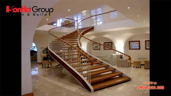 Tay vịn gỗ cầu thang biệt thự với kiểu dáng mềm mại và đẹp mắt