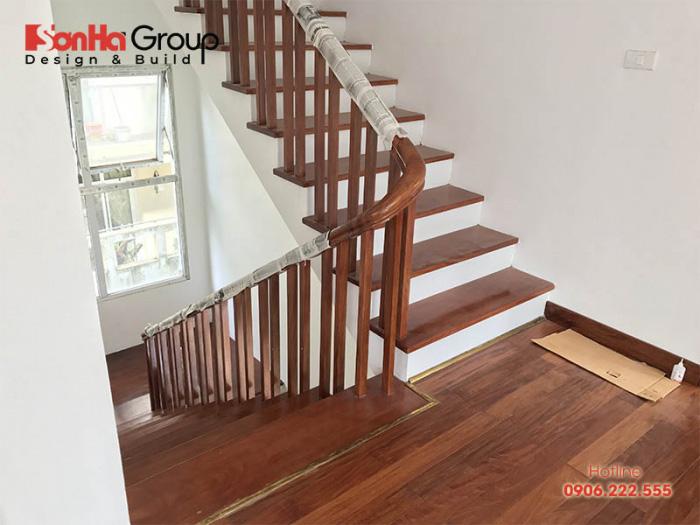 Mẫu cầu thang gỗ cho nhà ống rất được yêu thích trên thị trường