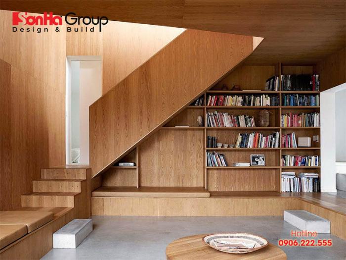 Tận dụng gầm cầu thang để làm giá sách giúp bạn tiết kiếm không gian trong nhà