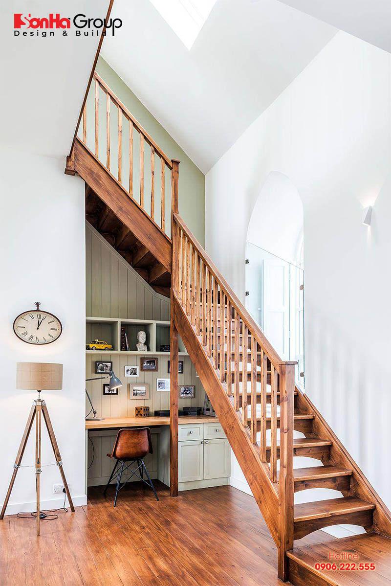 Tận dụng gầm cầu thang làm kệ sách vừa tiện lợi vừa tiết kiệm diện tích