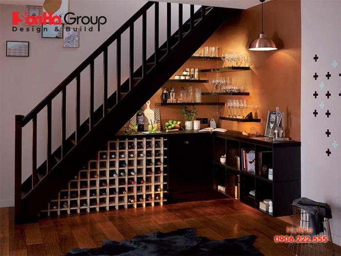 Tận dụng gầm cầu thang làm tủ rượu giúp bạn tiết kiệm diện tích vừa đảm bảo thẩm mỹ