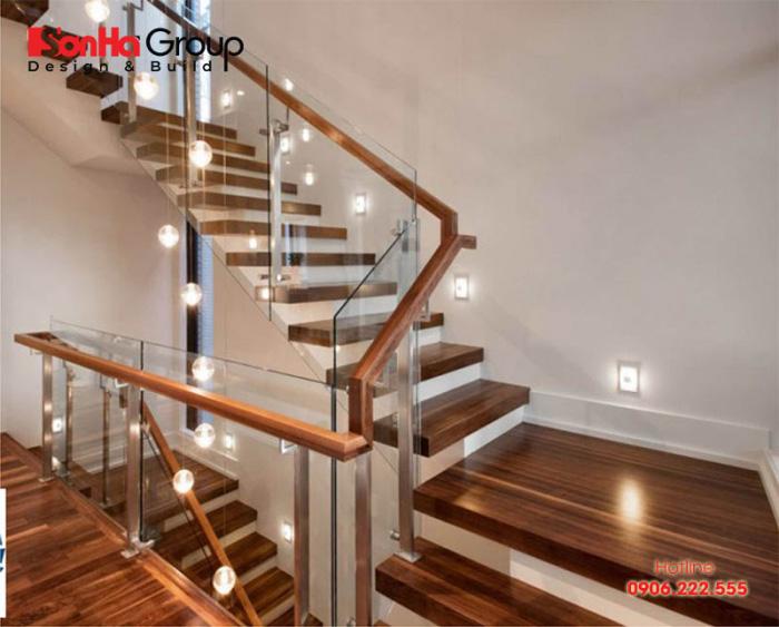 Tay vịn bằng gỗ cho cầu thang kính nhà phố đẹp và sang trọng