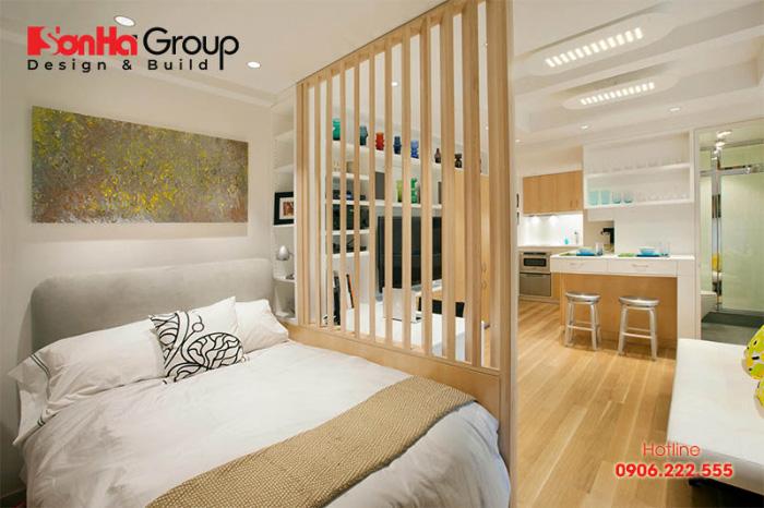 Vách ngăn gỗ để ngăn phòng ngủ và các không gian khác của căn hộ