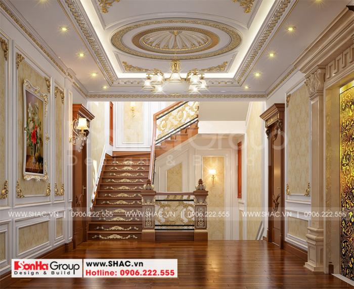 Không gian sảnh thang các tầng của ngôi biệt thự cũng được đầu tư thiết kế vô cùng tinh tế