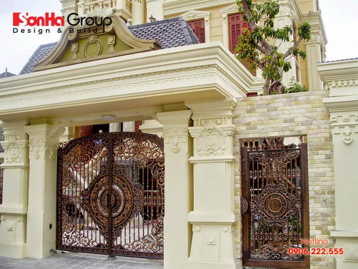 Nhà có hai cổng chính khiến sinh hoạt thuận tiện nhưng cũng bất cập