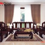 Sắc màu trắng và nâu của gỗ, vật dụng bàn ghế tạo nên điểm nhấn bắt mắt, nới rộng không gian phòng khách