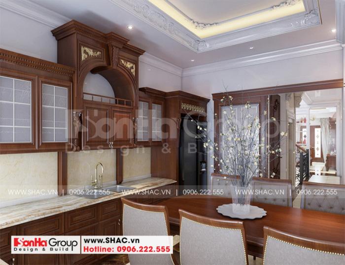 Toàn cảnh không gian phòng bếp được thiết kế tiện nghi, hợp phong thủy với gam màu sắc, kết hợp vàng quyền quý đúng sở thích của gia chủ