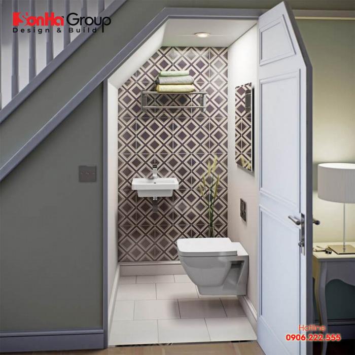 Bố trí nhà vệ sinh dưới gầm cầu thang vừa tiết kiệm được không gian, vừa đảm bảo được công năng và trất kín đáo