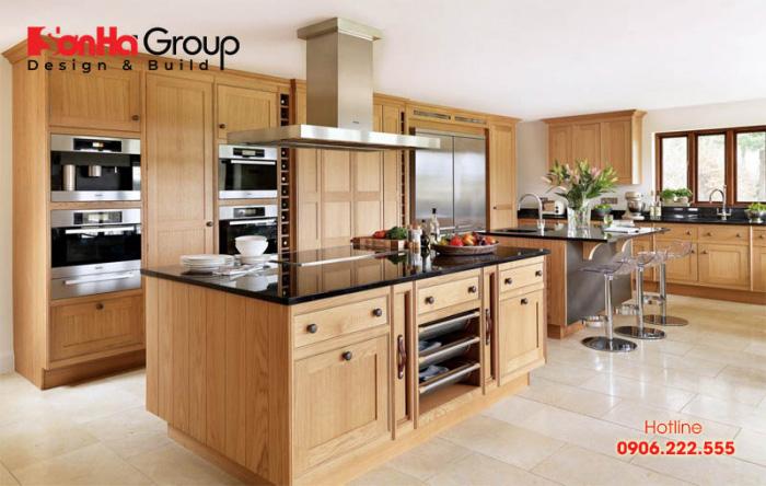 Chất liệu gỗ tự nhiên có màu nâu sẽ giúp không gian bếp sang trọng hơn và còn dễ kết hợp với những màu sắc khác hợp với mệnh Mộc