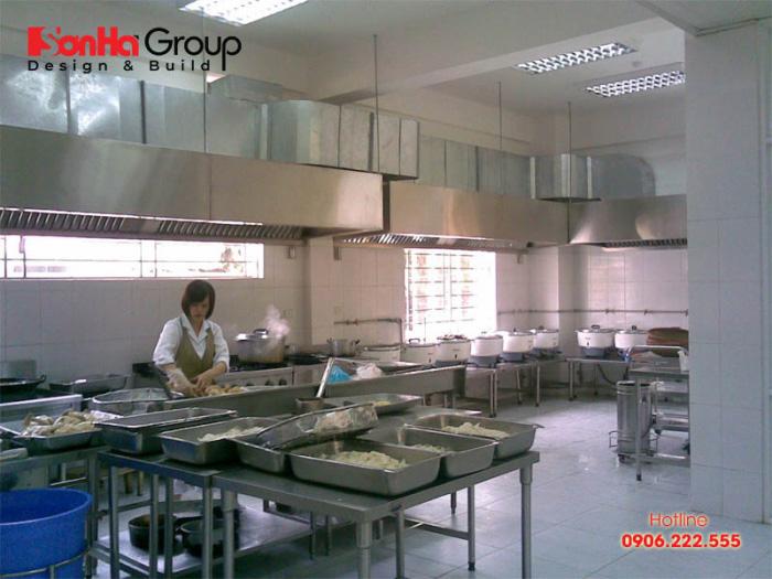 Khu để các vật dụng, thiết bị cần phải được thiết kế tiện dụng nhất để các nhân viên bếp không phải chạy đi chạy lại nhiều lần